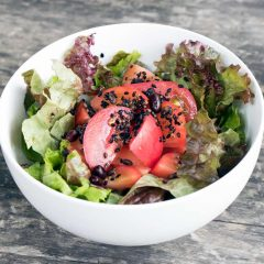 五穀米かけ新鮮野菜のサラダ